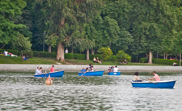 Rowers on lake in Retiro Park